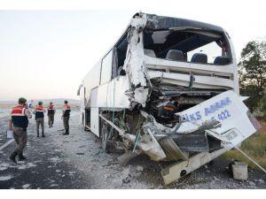 Tır otobüse arkadan çarptı: 8 yaralı
