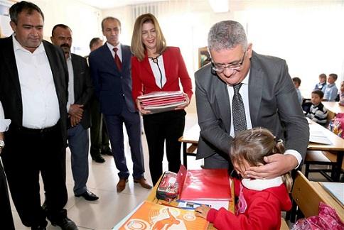 Köylerdeki ilkokul öğrencilerine kırtasiye yardımı
