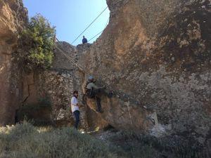 Aksaray'da Evleri Tehdit Edilen Kaya Bloklar Çelik Telle Kafeslendi