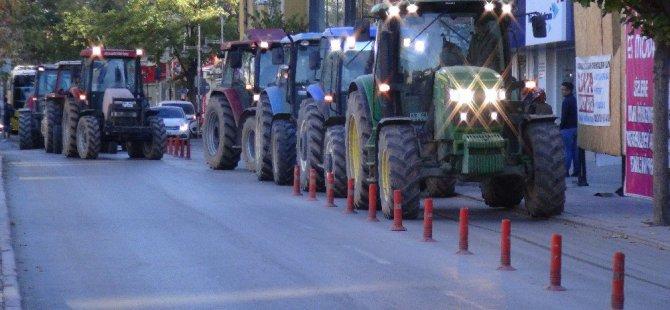 Çiftçiler pancar alım kotasına tepki için traktörlerle şehre indi