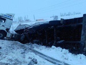Aksaray'da tır yan yattı: 2 yaralı