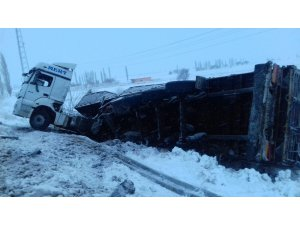 Aksaray'da buzlanma sebebiyle 4 otomobil, 1 tır kaza yaptı