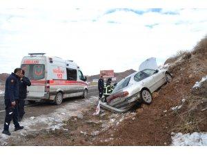 Otomobil toprak alana çarptı: 1'i ağır 2 yaralı