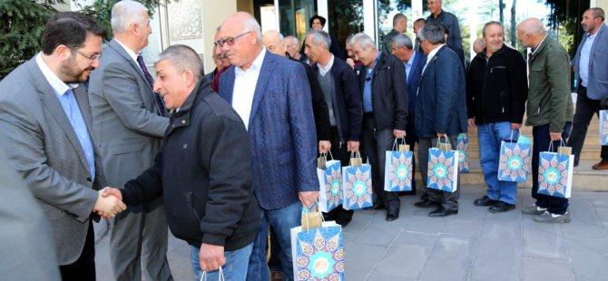 Başkan Yazgı emekli olan yol arkadaşlarına plaket verdi