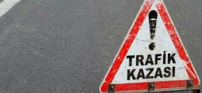 Hafif ticari araçla otomobil çarpıştı: 3'ü çocuk 6 yaralı