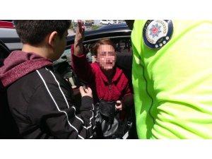 Yayaya çarpan sürücü arabası için ağladı