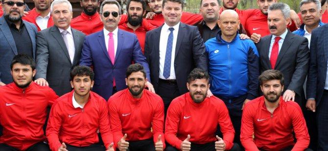 """Vali Mantı """" Ligin en iyisi sizsiniz kupayı Aksaray'a getirip Belediye Başkanımıza hediye edeceksiniz"""""""