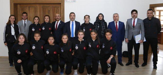 Futsal Şampiyonasına katılacak sporculardan Vali Ali Mantı'ya ziyaret