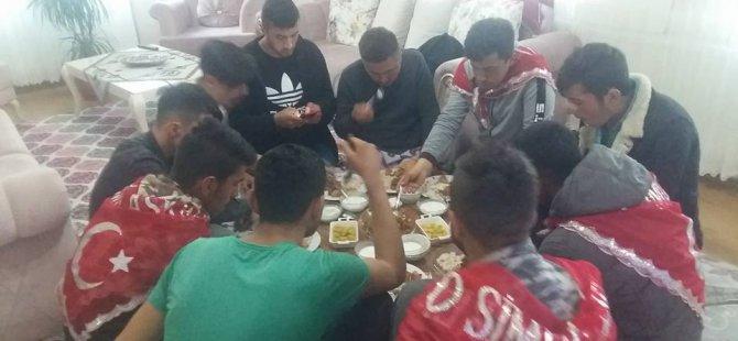 İstiklal mahallesi muhtarından kınalı kuzulara asker yemeği