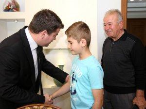 10 yaşındaki ilkokul öğrencisi, Başkan Dinçer'e projeleri hakkında bilgi verdi