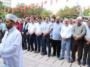AK Parti Aksaray teşkilatı Mürsî için namaza durdu