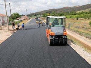 Aksaray Belediyesi, Laleli Mahallesinde yolları asfaltlayarak hizmete sunuyor