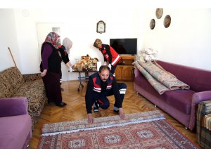 Aksaray Belediyesi yaşlıların evlerini temizliyor