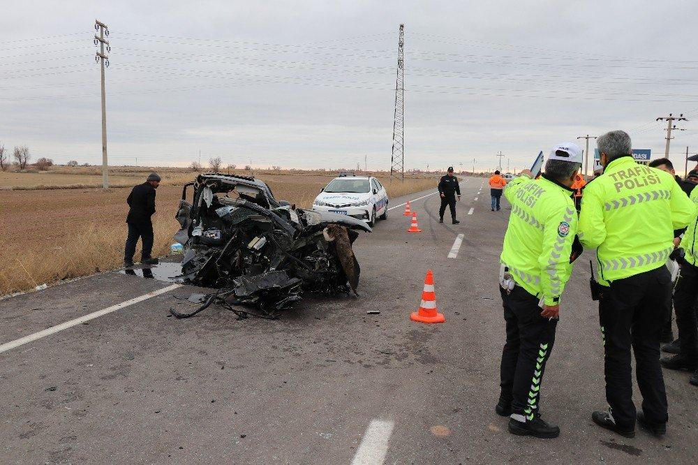 Aksaray'da servis minibüsü ile otomobilin çarpışması sonucu meydana gelen kazada 16 kişi yaralandı