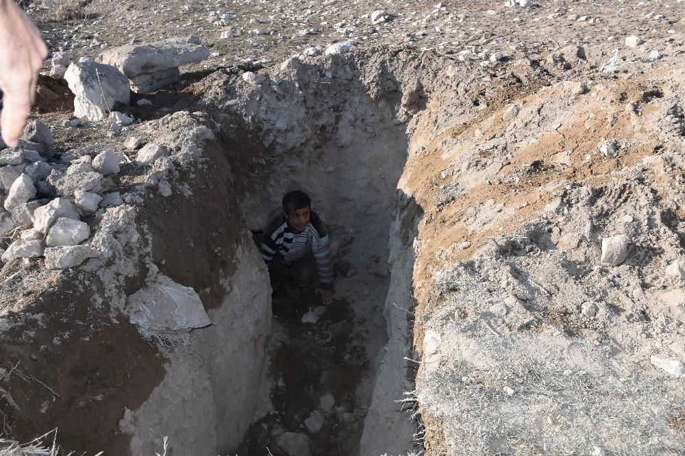 Eskil'de tarihi Tosun Höyüğü'nde definecilerin açtığı tünel ortaya çıktı