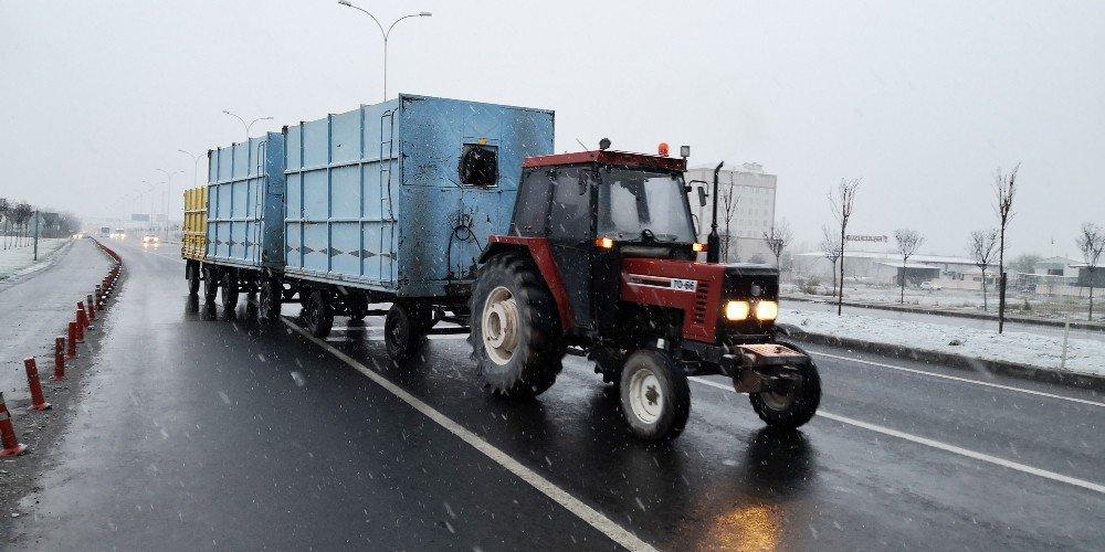 3 römorkla karayolunda tersten giden traktör sürücüsünden ilginç savunma