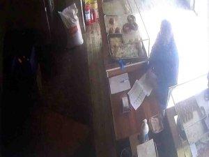 Fırında yere düşen parayı alan kargocu güvenlik kamerasına yakalandı