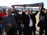 Pekmez ve Yazgı, Sahaya İnerek Futbolcularla Taraftarları Kutladı