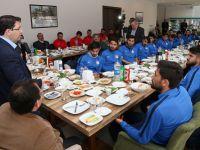 Aksaray Belediyespor oyuncularına moral kahvaltısı!