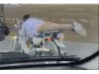 Motosiklet üzerinde tehlikeye rağmen akrobasi hareketler yaptı