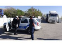 Plakaları lastikle kapatan tır sürücüleri polisten kaçamadı