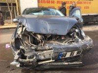 Otomobil ters şeritte park halindeki kamyonete çarptı: 1 yaralı