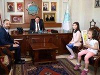 """Gülhan ve Feride'den Başkan amcalarına """"Hayırlı olsun"""" ziyareti"""