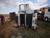 İş makinesi yüklü kamyon devrildi: 1 yaralı