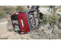 Hafif ticari araç boş sulama kanalına düştü: 2 yaralı