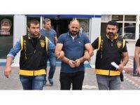 35 yıl hapis cezası bulunan şüpheli elbiselerin arasında yakalandı