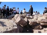 ASÜ arkeoloji öğrencileri, ilk dersi Güvercinkayası'nda uygulamalı olarak işledi