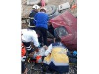 Devrilen kamyonda sıkışan sürücüyü AFAD ve itfaiye kurtarıldı