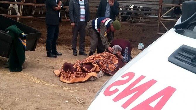 Ölen Oğlunun Üzerindeki Battaniyeyi Kaldırarak Son Kez Öpüp Sarıldı