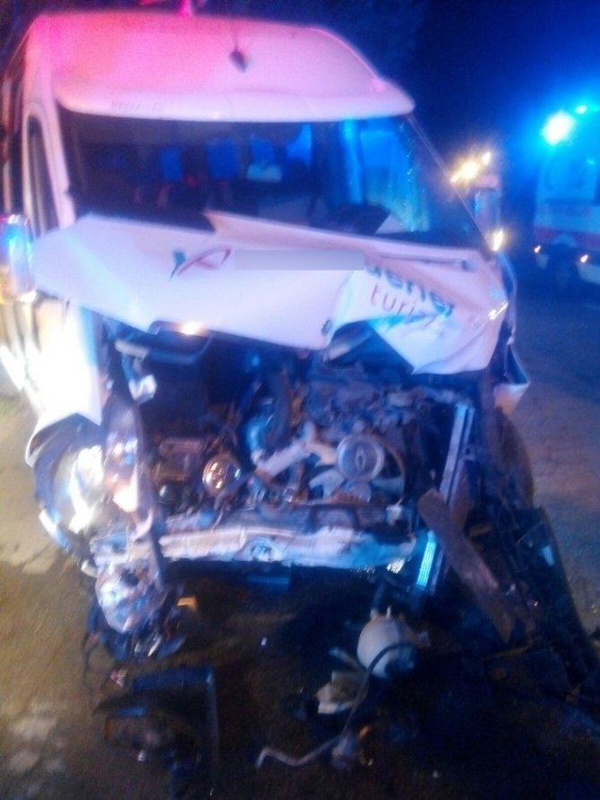 Servis Minibüsü İle Otomobil Çarpıştı: 5 Yaralı