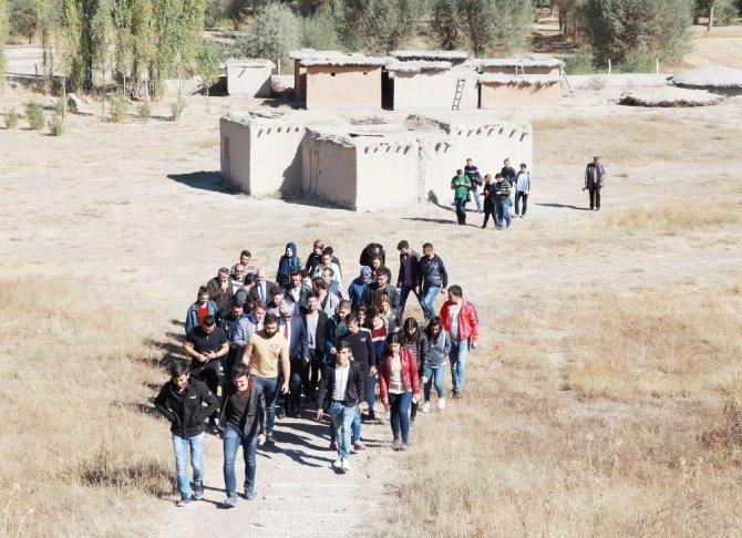 Arkeoloji Öğrencileri, İlk Derslerini Kazı Alanında İşledi