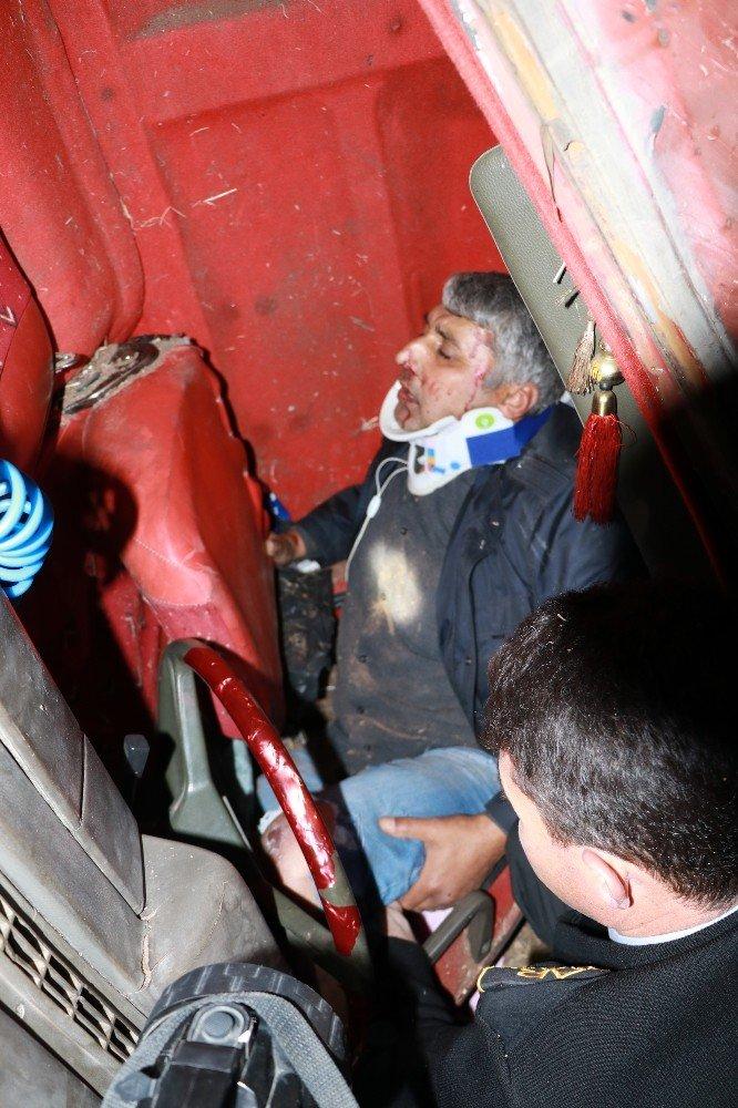 Kazada Kamyonda Sıkışan Sürücüye 'Sadece Ayağın Kırık' Tesellisi