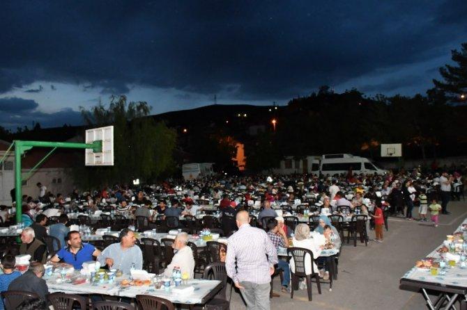 Aksaray Belediyesi, vatandaşları mahalle iftarında buluşturuyor
