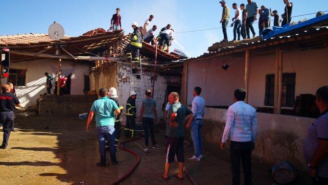 Mandıra ve ev yangını paniğe neden oldu