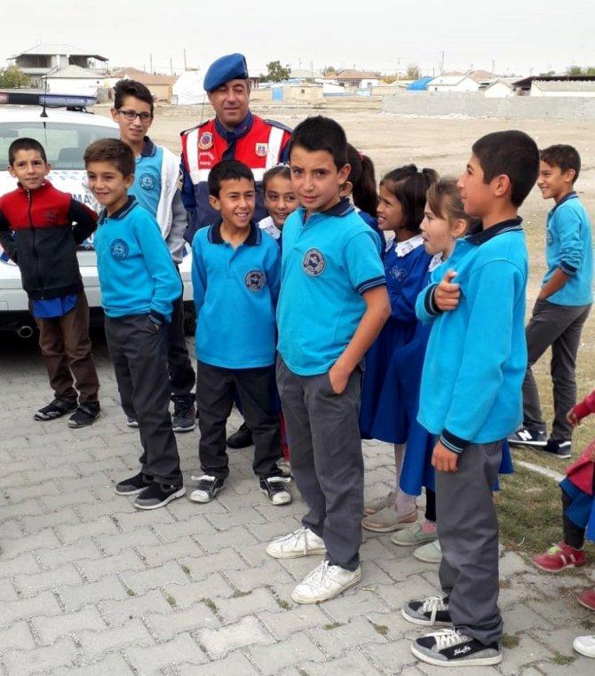 Jandarma ilçe ve köy okullarında güvenliği sağlıyor