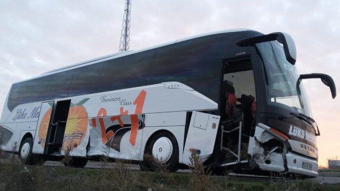 Aksaray'da otomobil ile yolcu otobüsü çarpıştı: 3 yaralı