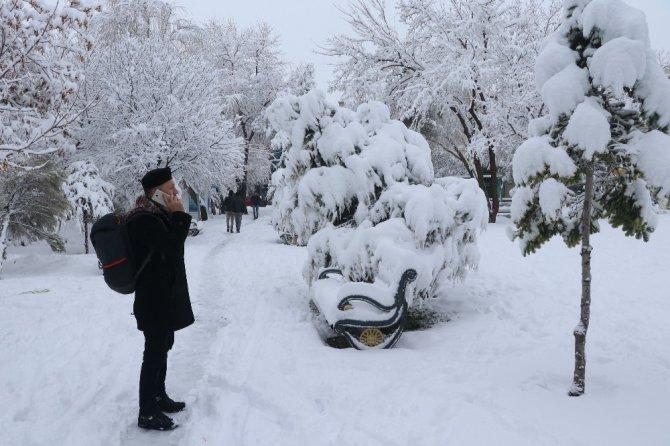 Aksaray beyaza büründü, okullar 1 gün süreyle tatil edildi