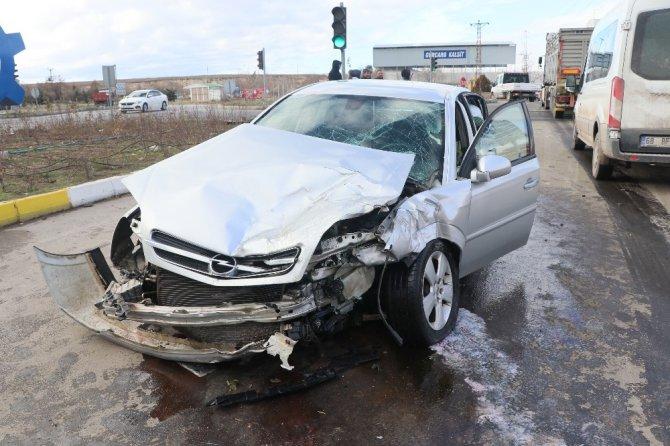 Kırmızı ışık ihlali kazaya neden oldu: 1'i çocuk 3 yaralı