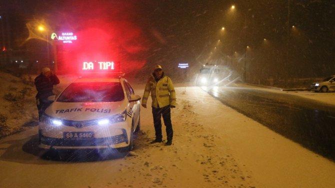 Aksaray'da kar yağışı ve fırtına etkisini artırdı