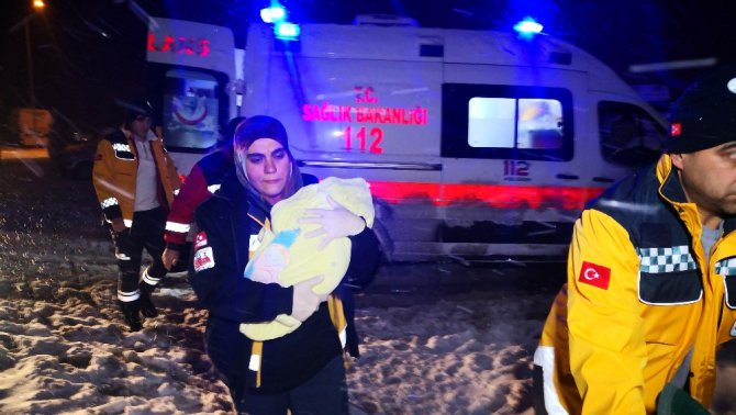 Kardan yolları kapanan köyde kar paletli ambulansta doğum