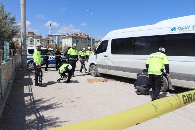 İndiği servis minibüsünün altında kalan öğrenci öldü