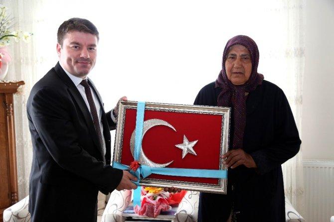Başkan Dinçer, Şehit Önder Güzel'in annesinin Anneler Günü'nü kutladı
