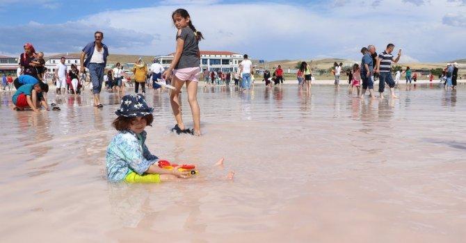 Tuz Gölü'nde çıplak ayakla yürüme turizmi sahilleri aratmıyor