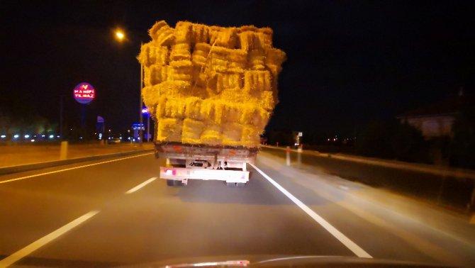 Aşırı saman yüklü kamyonetle trafikte tehlikeli taşımacılık
