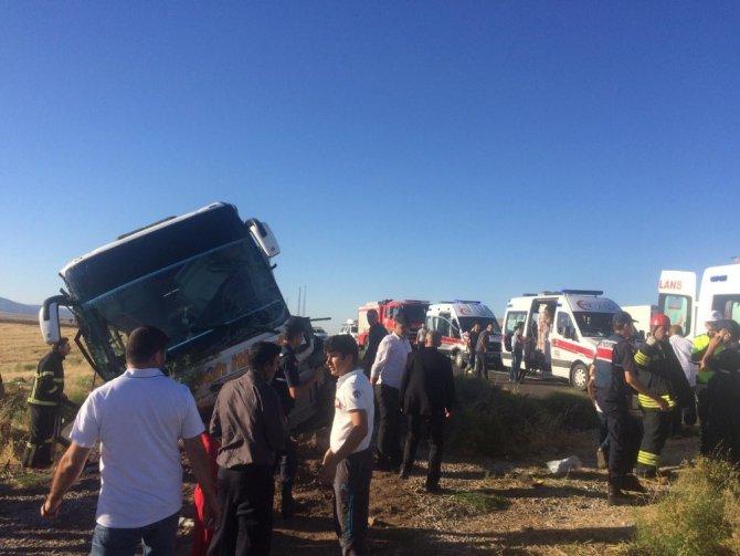 Aksaray'da yolcu otobüsü devrildi: 15 yaralı