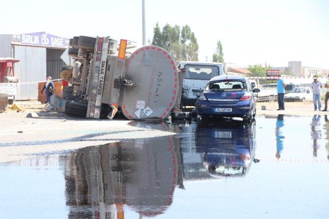 Zift tankeri yola devrildi, yaralılar kepçeyle kurtarıldı
